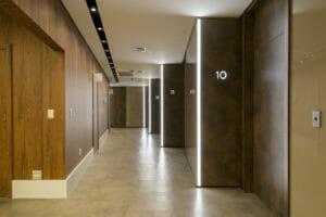 Fotografia de corredor de escritório
